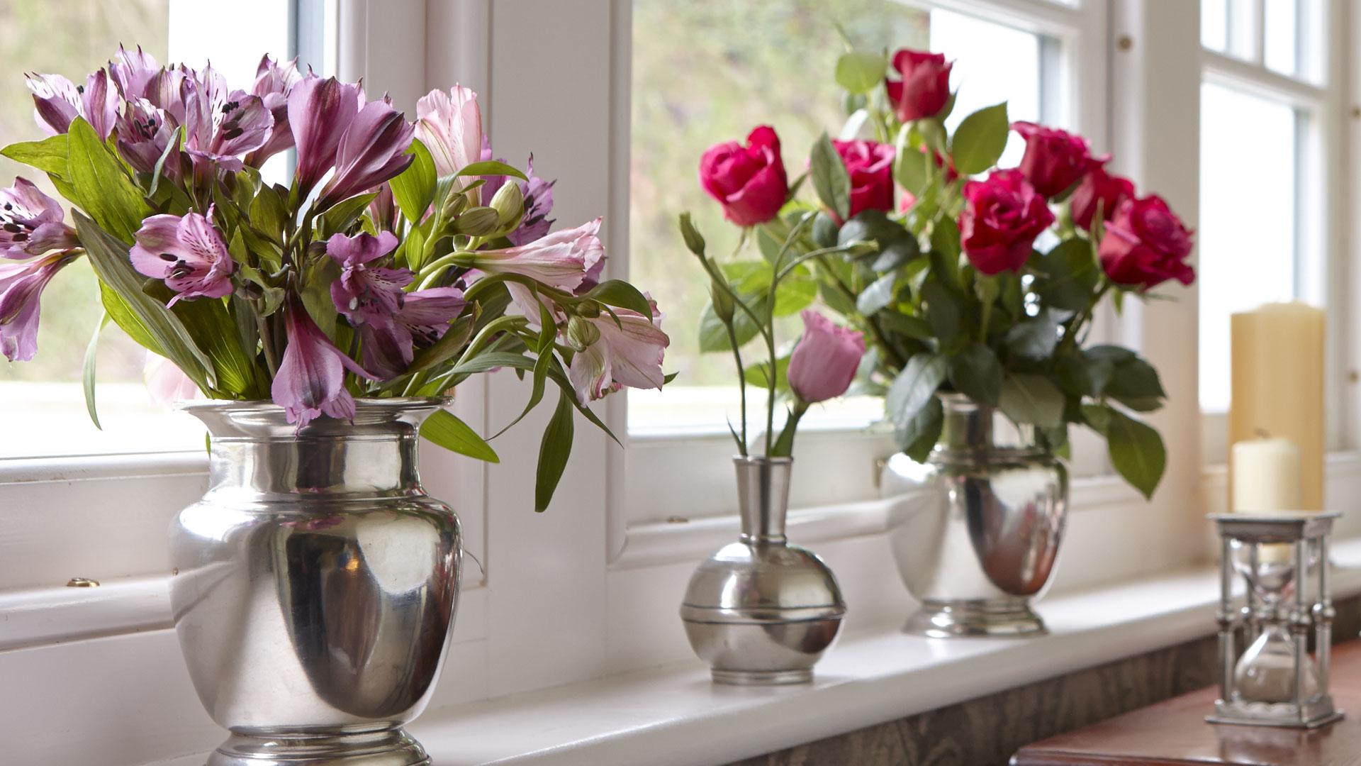 Именем, открытки стол с вазой и цветами у окна